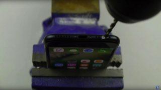 【悲報】iPhone 7にヘッドフォンジャックを追加するためドリルで穴を開けるユーザー続出か