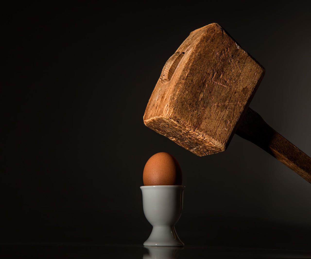 Egg hammer threaten violence 40721